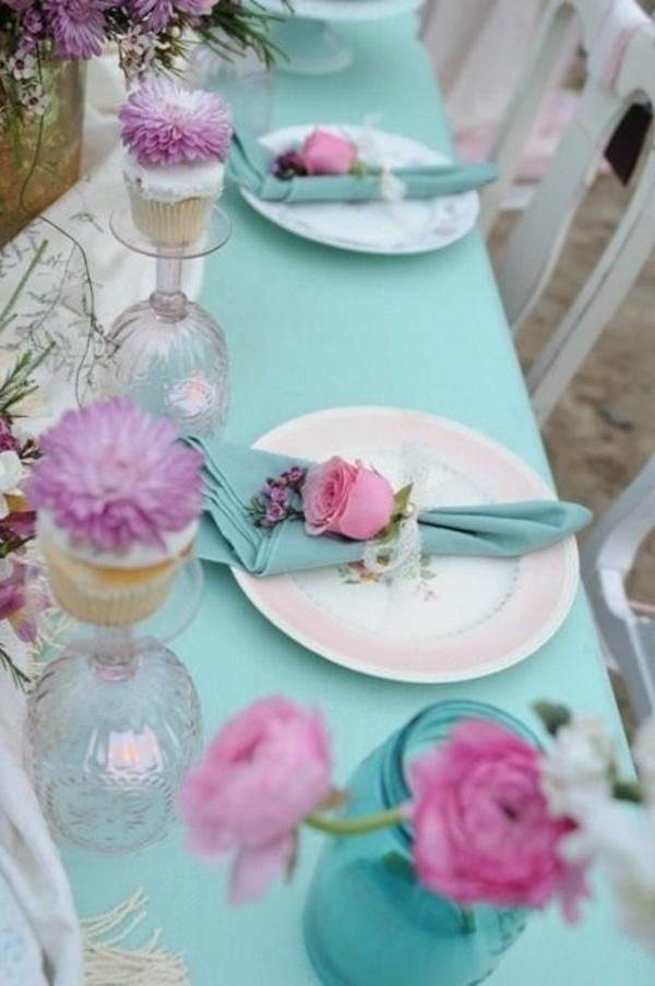 kreative-tischgestaltung-in-blau-und-weiß-tischdecke-rosa-blumen-hellblaue-decke
