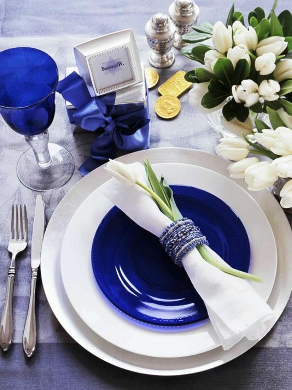 kreative-tischgestaltung-in-blau-und-weiß-tischdecke-frühlingsdeko