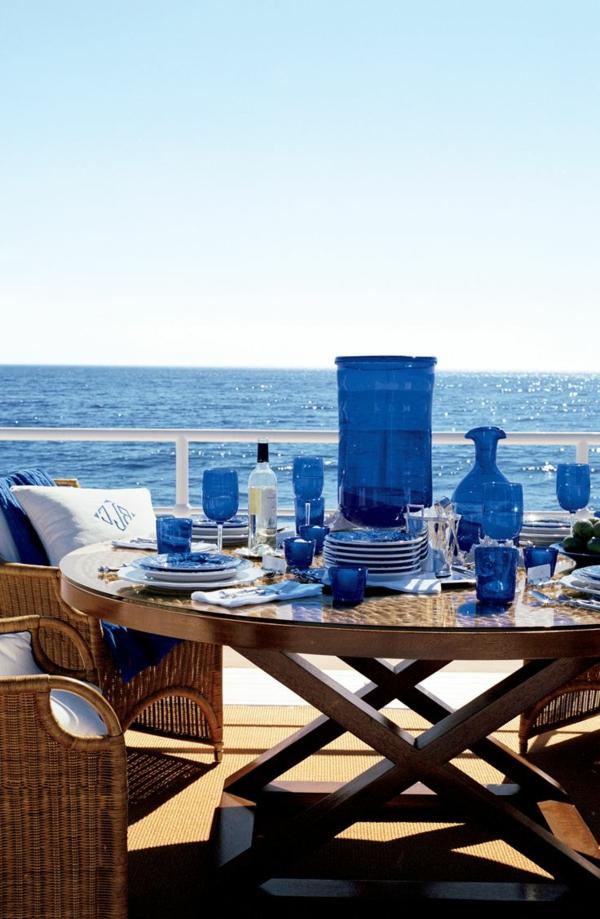 -kreative-tischgestaltung-in-blau-und-weiß-tischdecke