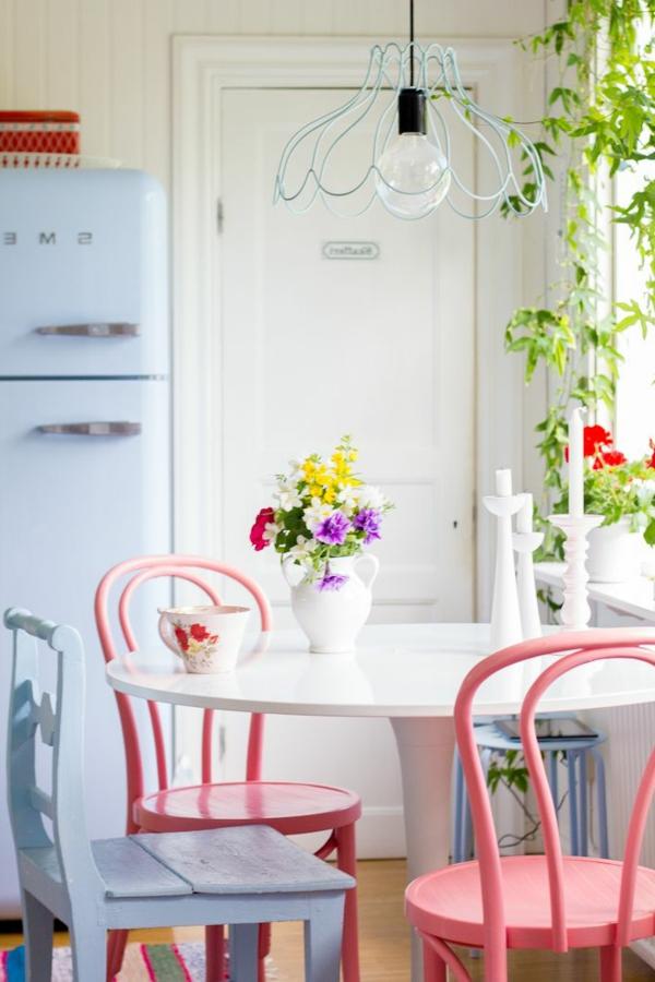 landhausmöbel-vintagemöbel-vintage-esszimmer-tolle-einrichtungsideen-rosa-stühle