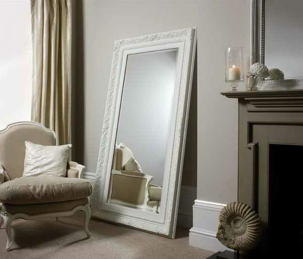 barock spiegel - großes modell mit weißem rahmen neben einem kamin