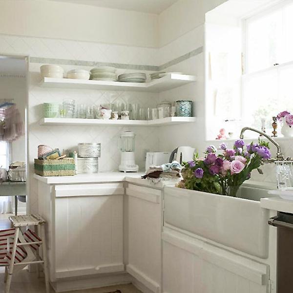 shabbystil - lila und rosige rosen in der weißen küche