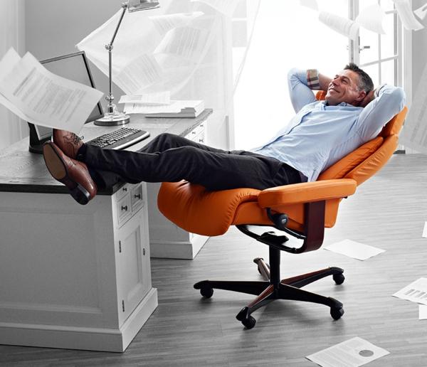 lustiges-bild-von-einem-mann-der-sich-auf-einem-stressless-sessel-im-büro-entspannt