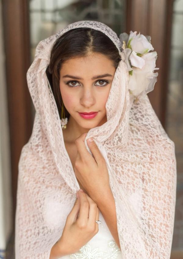 romantische liebe inspiration - eine sehr hübsche junge braut mit weißen blumen