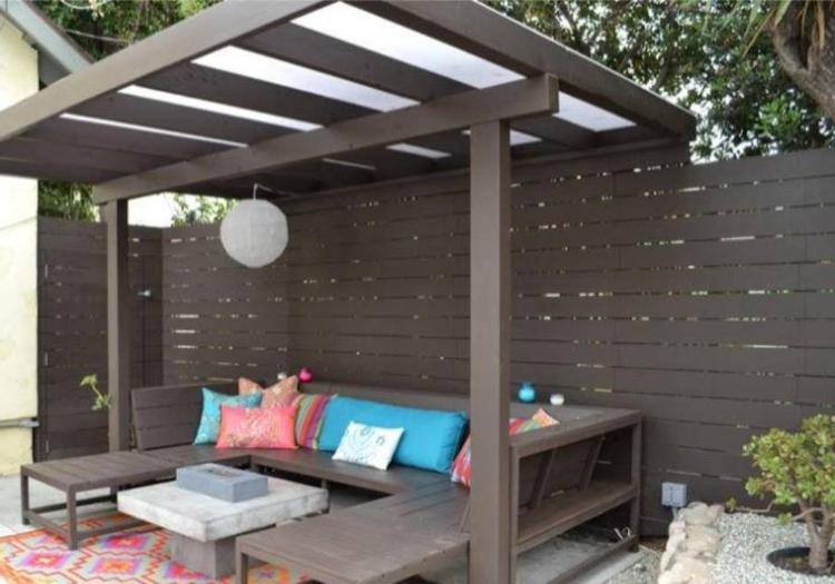 pergola-dunkles-holz-schick-edel-durchschimmernde-dachflächen-für-schatten-stylische-bank
