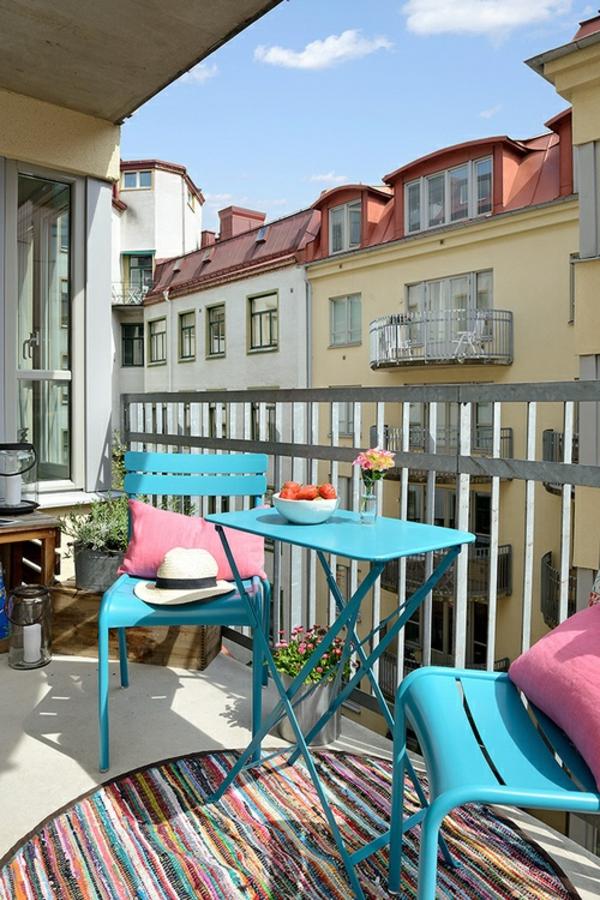 moderne-balkonmöbel-in-hellblau-balkon-ideen-für-draußen-balkon-gestaltung