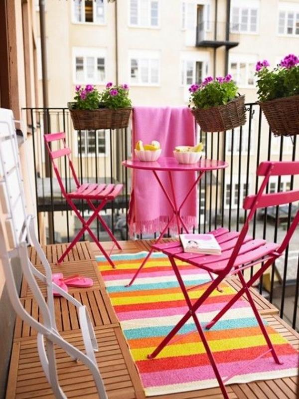 moderne-balkonmöbel-in-rosa-balkon-ideen-für-draußen-balkon-gestaltung