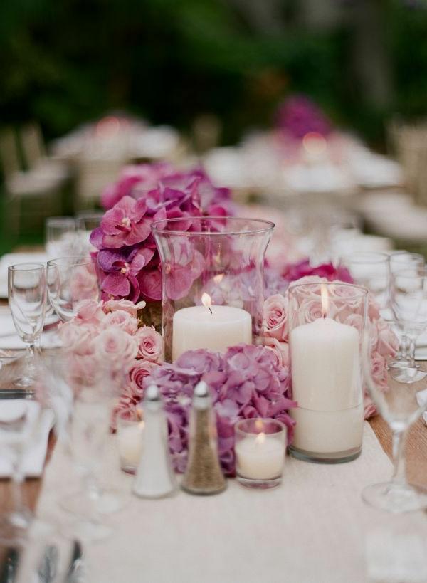moderne-tischdeko-mit-kerzen-deko-hochzeit-weiß-und-rosa