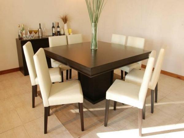 moderner-quadratischer-tisch-und-weiße-stühle- ein sehr schönes und cooles bild
