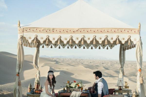 romantische liebe inspiration - man und frau haben abendbrot in der wüste