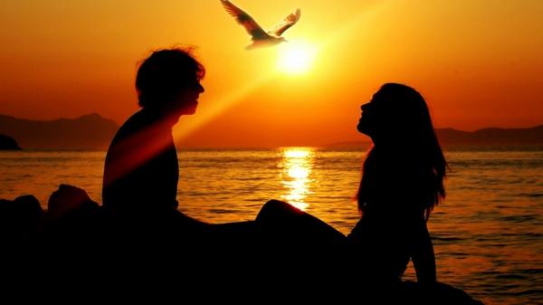 romantische liebe inspiration - zwei figuren am strand