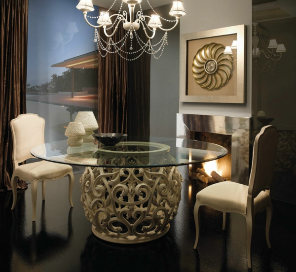 barocktisch - schönes rundes modell im eleganten esszimmer mit einem kamin