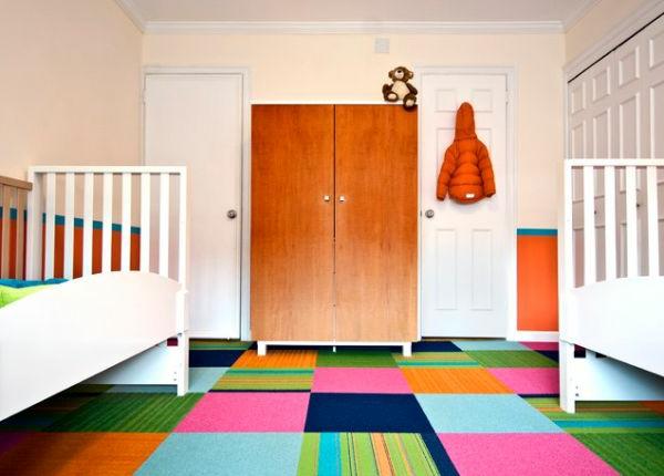 Teppich in bunten Farben - im babyzimmer mit zwei weißen babybetten