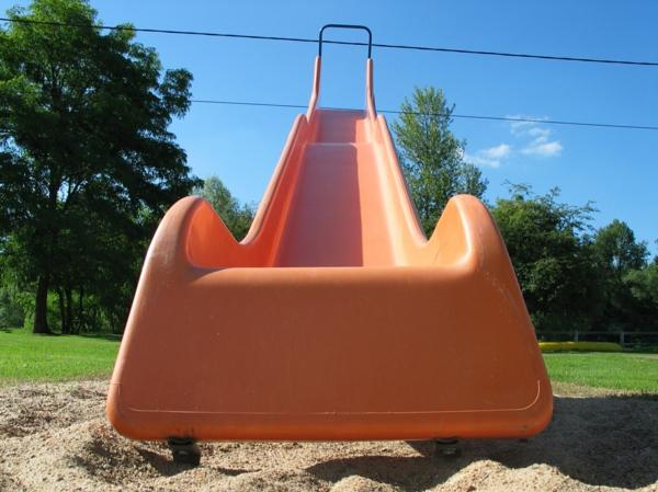 orange-rutschen-spielplatz-spielgeräte