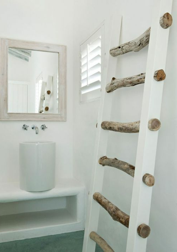 originelle-idee-für-das-badezimmer-holzleiter-als-nadtuchhalter