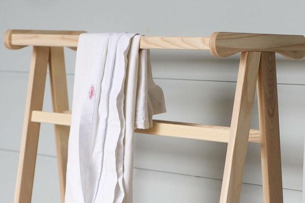 origineller-handtuchhalter-für-das-badezimmer-interior-design-ideen moderne-badezimmer-accessoires-innendesign-badezimmermöbel-aus-holz-design