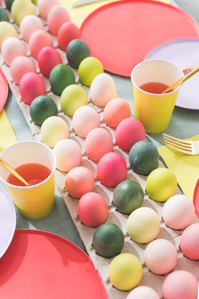 osterdeko 2020 selber machen, tischläufer aus bunten eiern, ostereier färben ideen