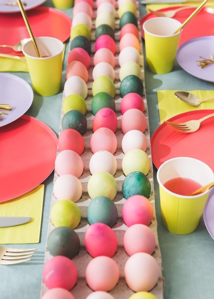 osterdeko 2020 selber machen, tischläufer aus eiern, osterier dekorieren, partydeko