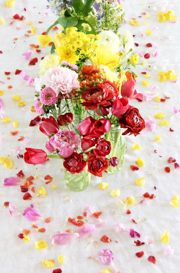 osterdeko in weiß und rot und gelb, frische frühlingsblumen, tischläufer aus blumen