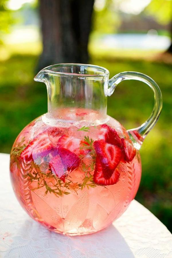 party-ideen-saft-aus-erdbeeren-in-einer-glaskanne