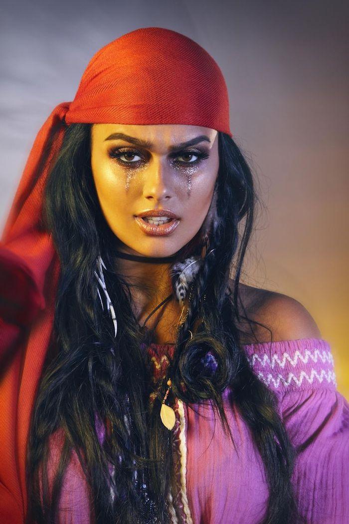 Last Minute Halloween Make up für Frauen, Lidschatten mit Glitzereffekt, offene lange Haare, rotes Kopftuch, Ohrringe mit Federn