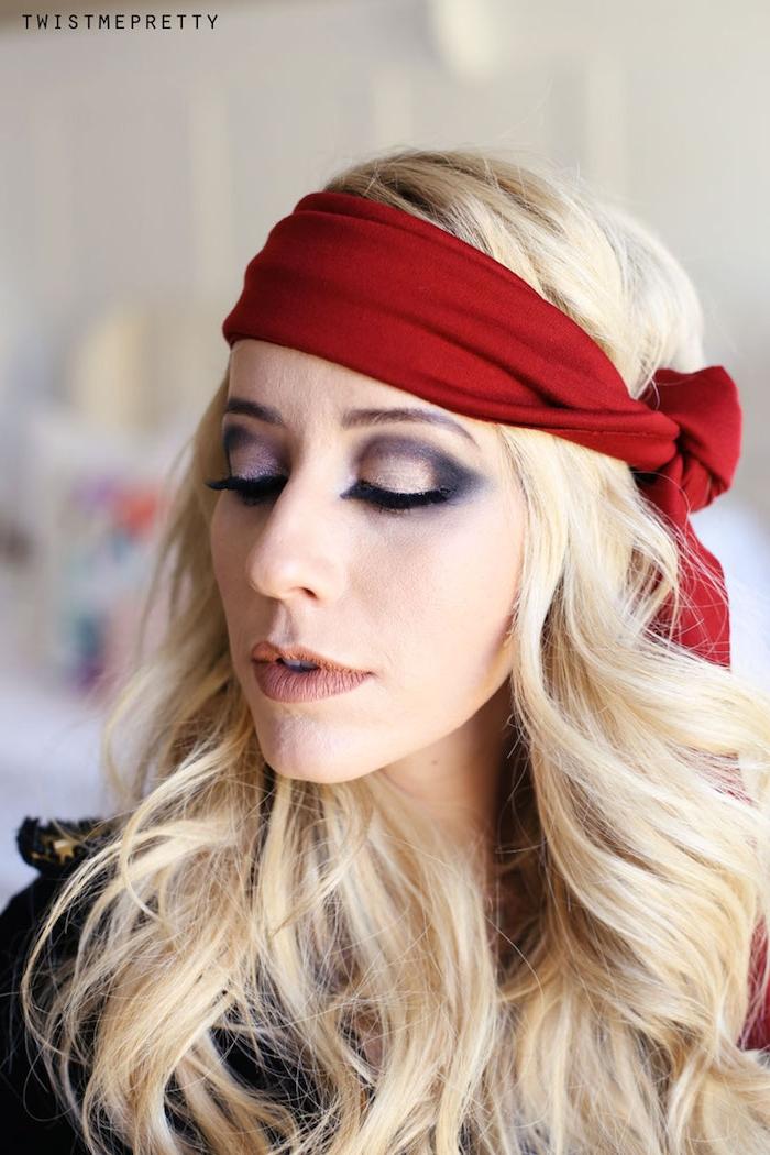Smokey Eyes und matter Lippenstift, Piraten Make up für Halloween, blonde gewellte Haare mit Bandana