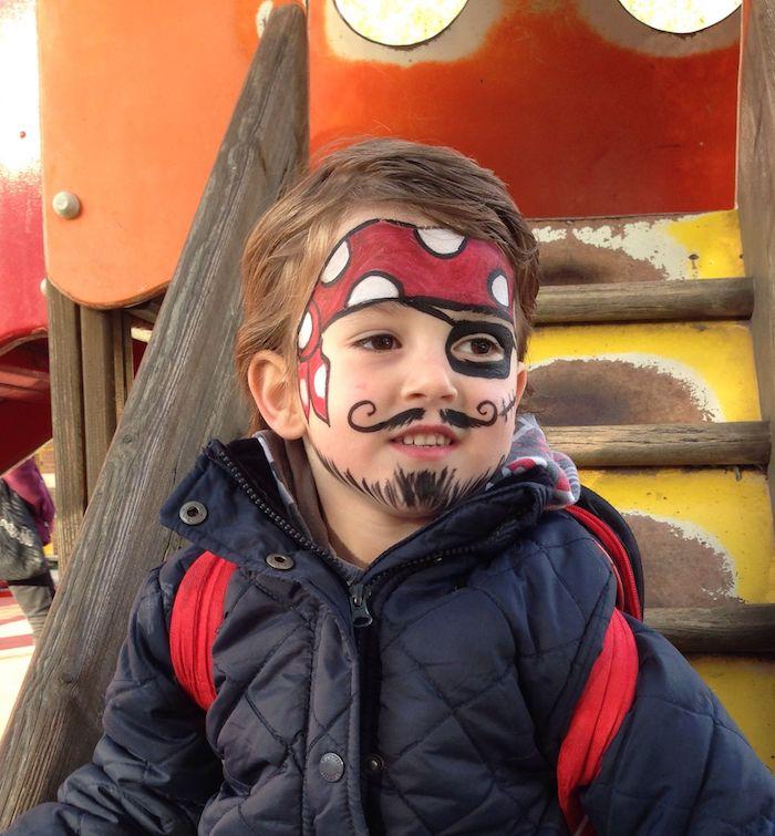 Halloween Piraten Make up für Kinder, rotes Kopftuch mit weißen Punkten malen, Augenklappe und Bart