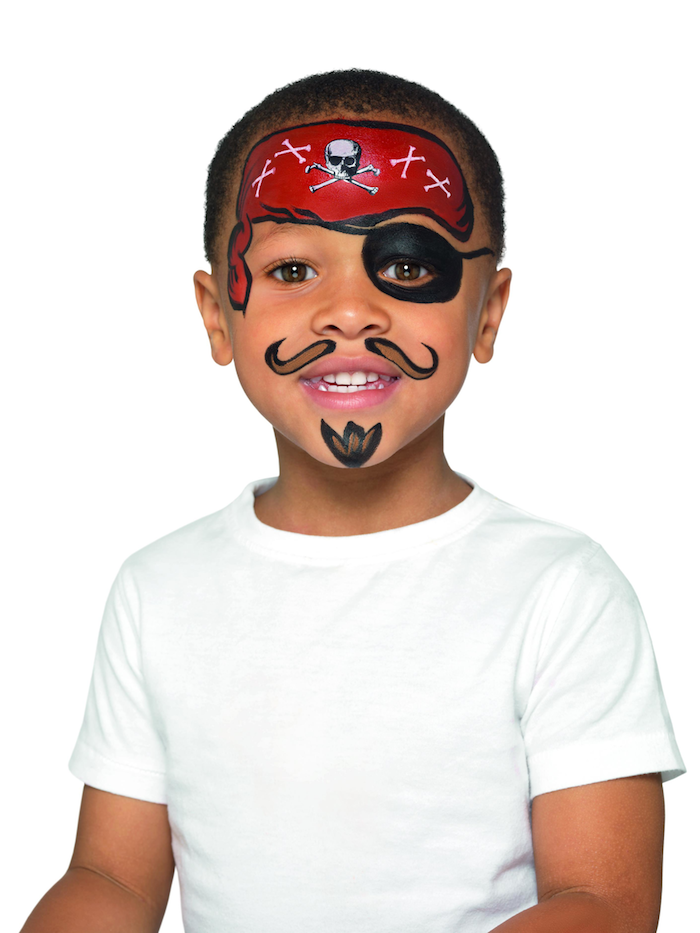 Halloween Piraten Make up für Kinder, Schnurrhaare und Bart mit brauner Farbe malen, schwarze Augenklappe, rotes Kopftuch mit Totenkopf malen