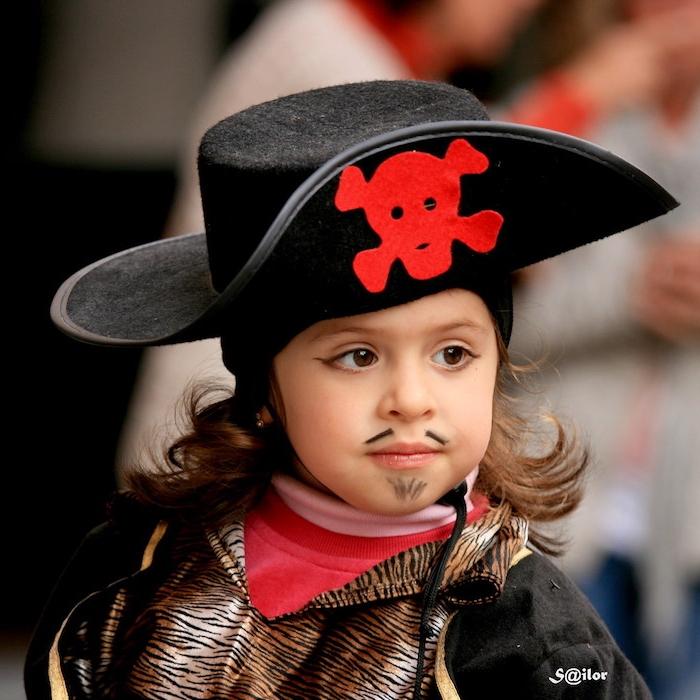 Last Minute Halloween Make up, Bart und Schnurrhaare mit schwarzer Farbe malen, schwarzer Piratenhut mit rotem Totenkopf