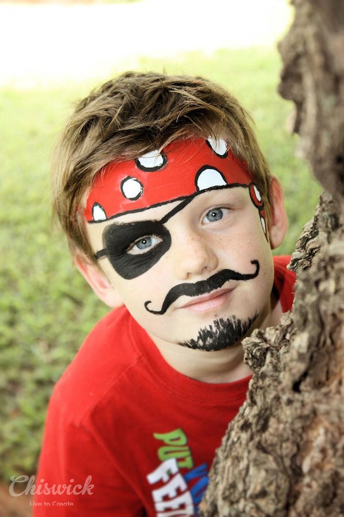 Halloween Make up für Kinder, Pirat schminken, rotes Kopftuch mit weißen Punkten, schwarze Augenklappe und Bart malen