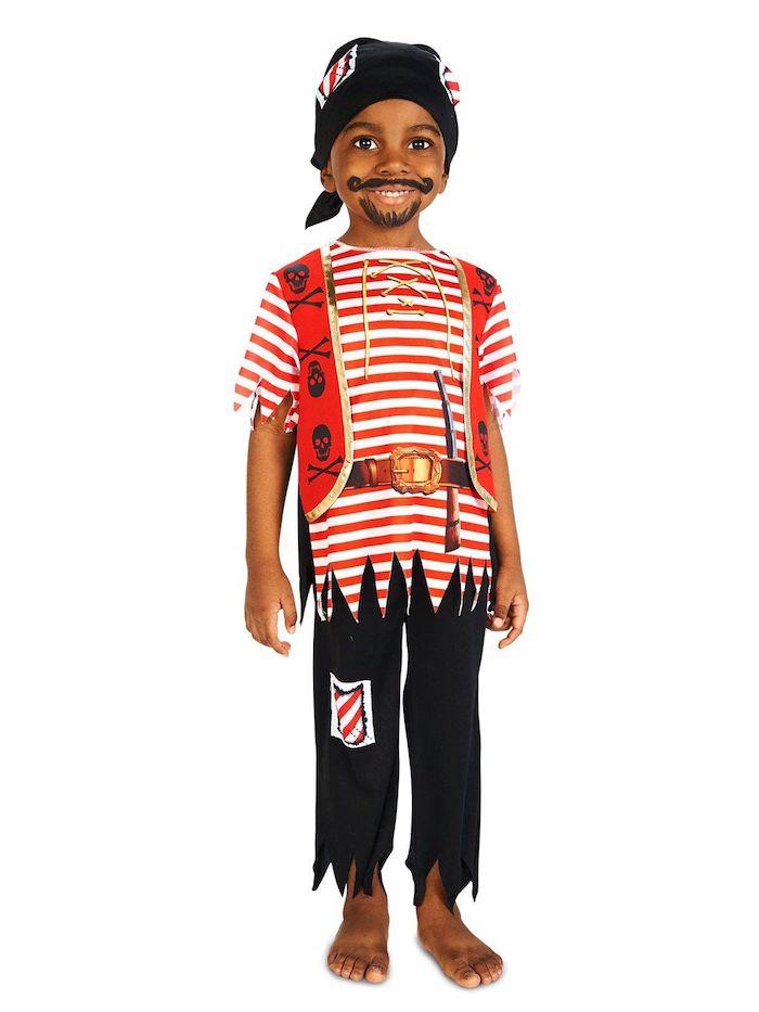 Piratenkostüm für Halloween, gestreiftes Shirt in Rot und Weiß, rote Weste mit Totenköpfen, schwarze Hose, schwarzes Kopftuch, Schnurrhaare und Bart