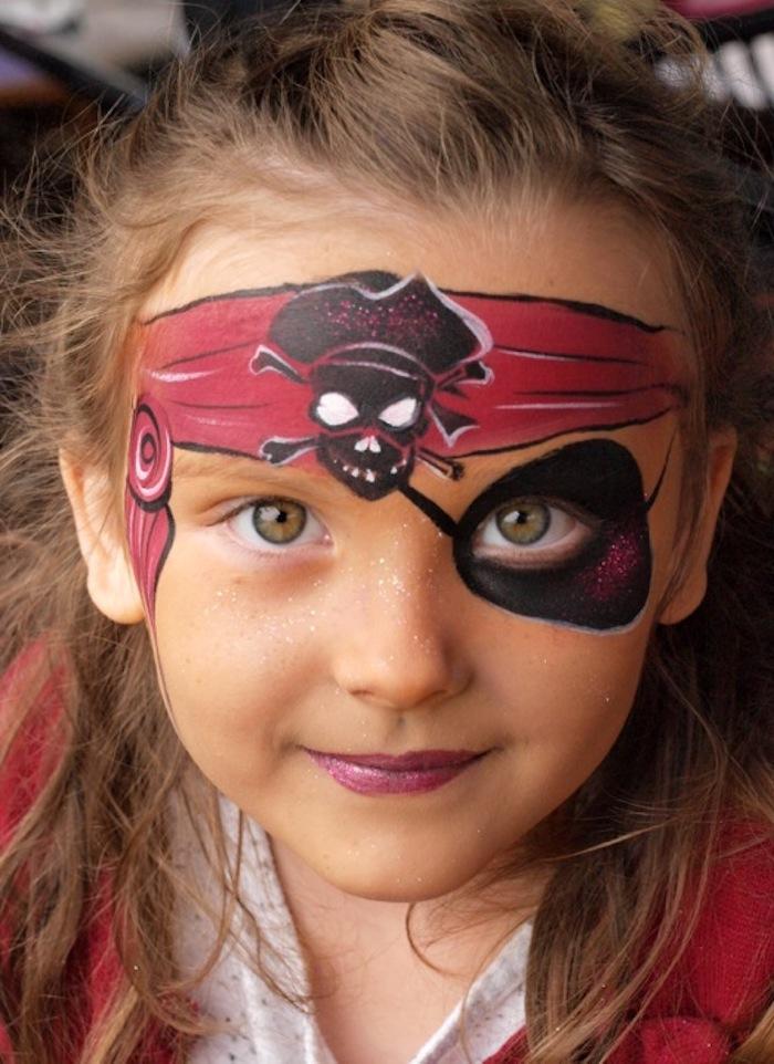 Halloween Make up für Kinder, rotes Kopftuch mit Totenkopf malen, schwarze Augenklappe