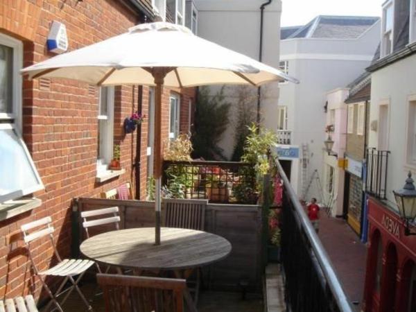 praktische-balkonmöbel-balkon-verschönern-balkon-deko-ideen-balkon-gestalten-