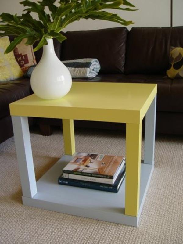 quadratischer-tisch-in-gelb-und-weiß-fürs-wohnzimmer- ein sehr schönes und cooles bild
