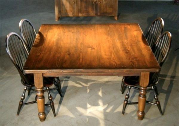 quadratischer-tisch-mit-eleganten-stühlen- ein sehr schönes und cooles bild