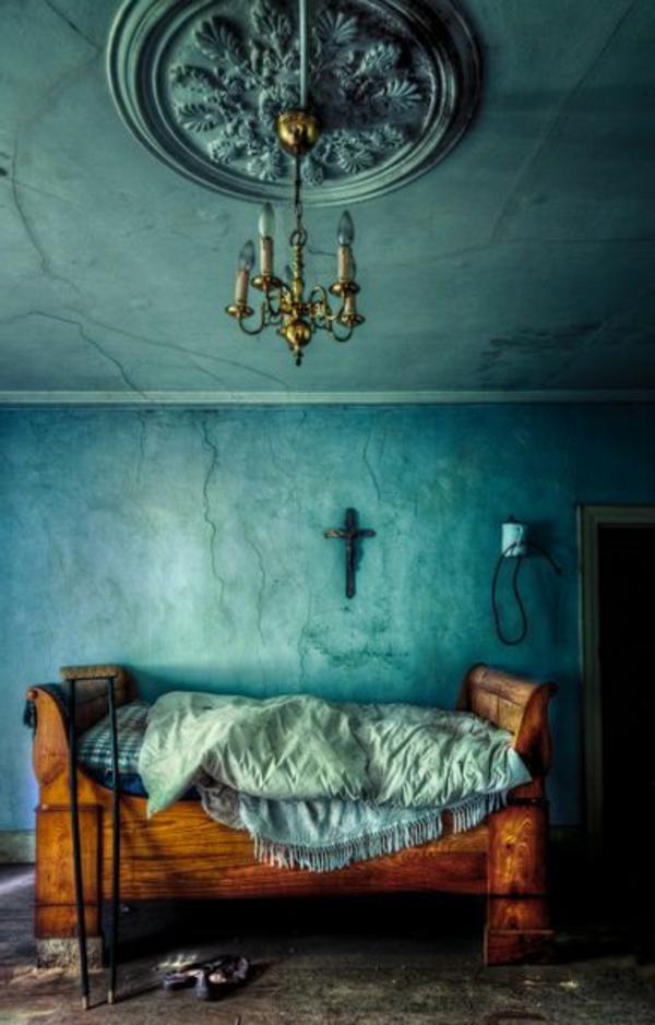 queen-size-bett-im-extravaganten-schlazimmer-mit-blauen-wänden