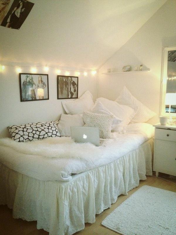 queen-size-bett-weißes-modell-im-weißen-schlafzimmer