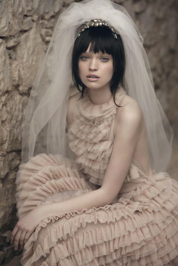romantische liebe inspiration - eine sehr hübsche braut mit schwarzen haaren