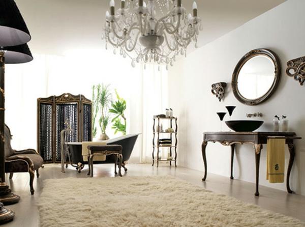 großes aristokratisches badezimmer mit einem weißen teppich