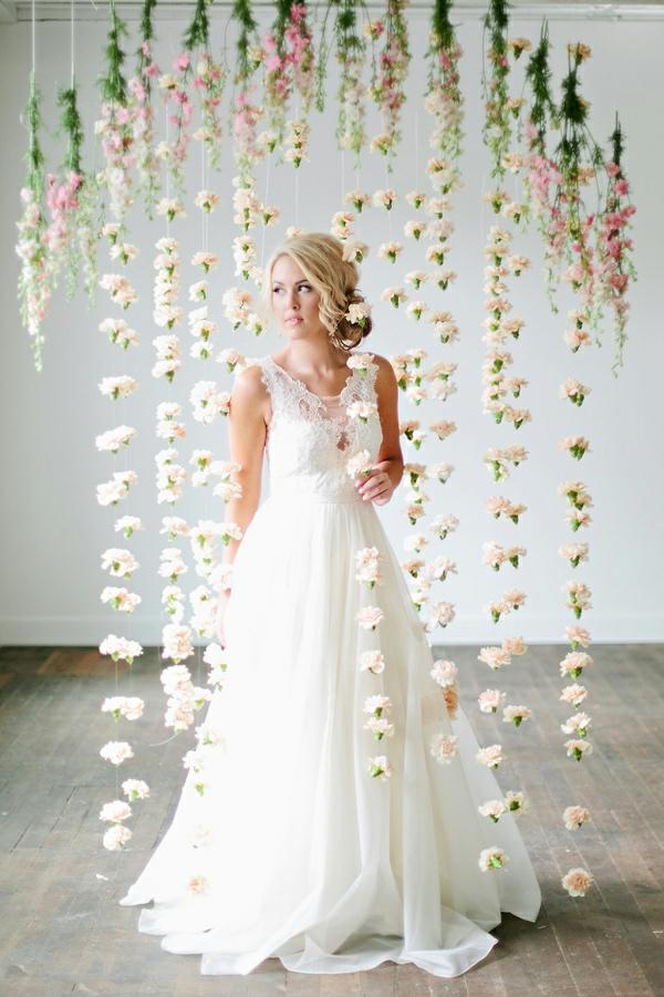 romantischeliebe inspiration - eine schöne blonde braut und hängende blumen
