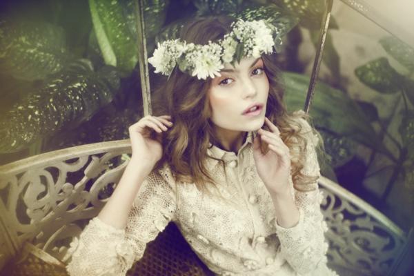 romantischeliebe inspiration - wunderschöne junge frau mit einer blumenkranz auf dem kopf