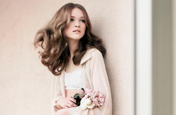 rromantischeliebe inspiration - hübsche junge frau mit blumen