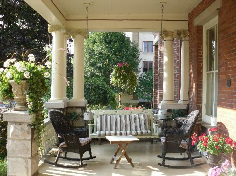 sonnige-romantik-auf-der-veranda-schick-besonders-modern-schlicht-edel