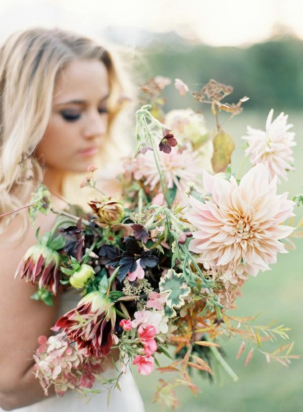 romantische liebe inspiration - junge blonde frau mit einem großen blumenstrauß