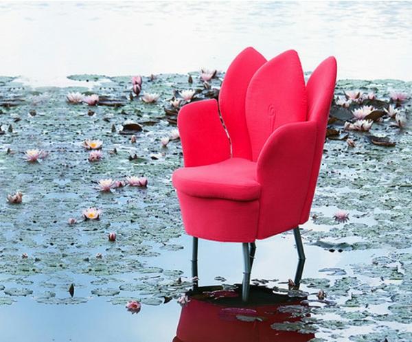 romantische liebe inspiration - cooles modell vom sessel in zyklamenfarbe - draußen gestellt