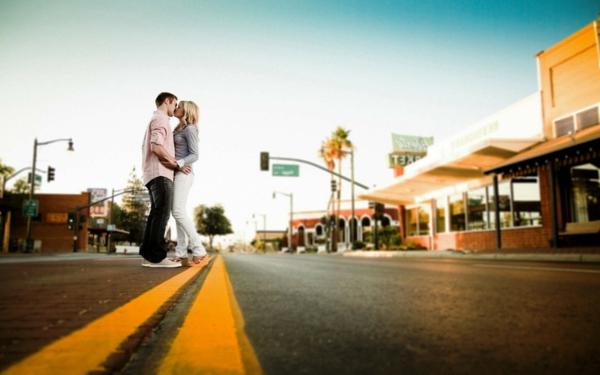 romantische liebe inspiration - man und frau küssen sich auf der straße