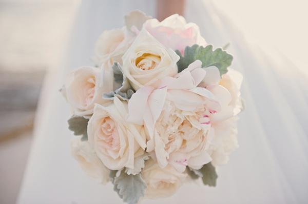 romantische liebe inspiration - weißer blumenstrauß aus rosen zur hochzeit