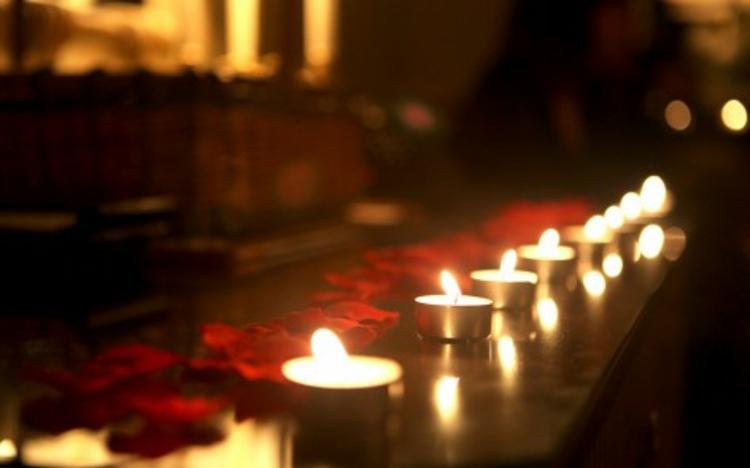 dekoration-romantisch-kerzen-schick-edel-besonders-valentinstag-für-tisch