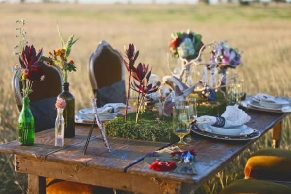 romantischeliebe inspiration - hölzerner tisch mit blumen draußen gestellt