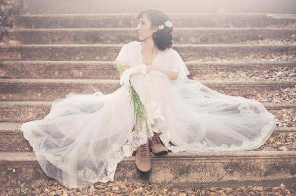 romantischeliebe inspiration - braut sitzt auf den treppen